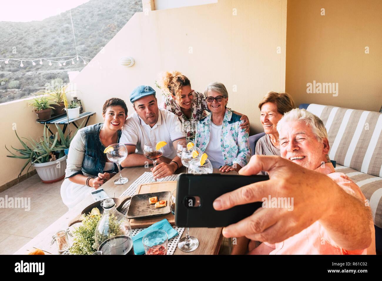 Un Grupo De Amigos Divertirse Juntos Celebrar Y Comer En