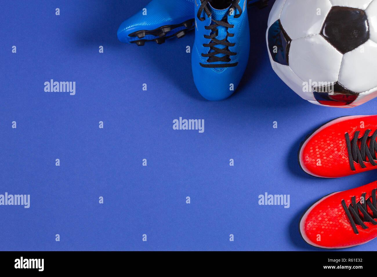 Vista superior de un balón de fútbol y dos pares de zapatos deportivos de  fútbol sobre d976c139675a2