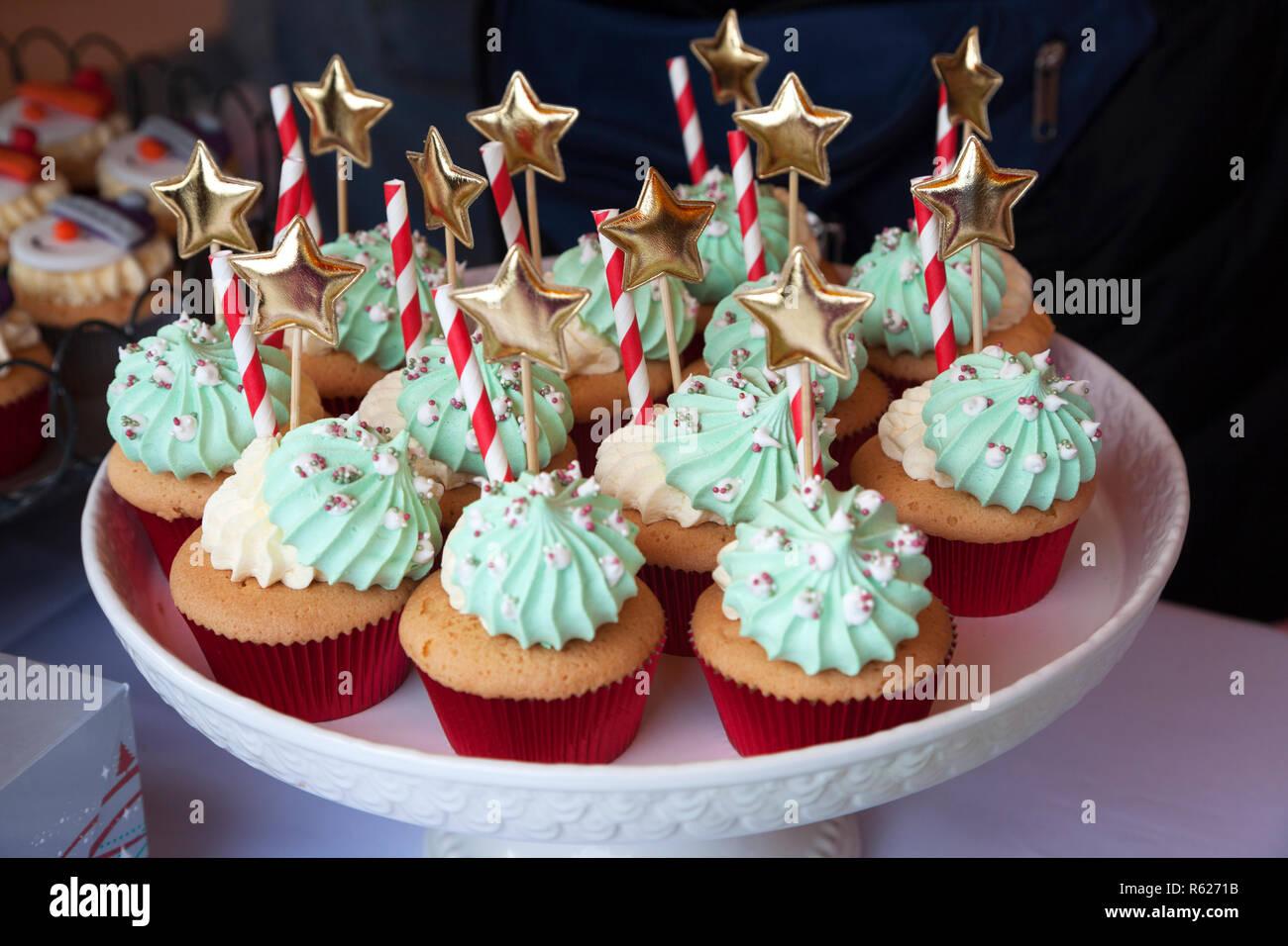 Cup Cakes Decorados Con Crema Bastones De Caramelo Y