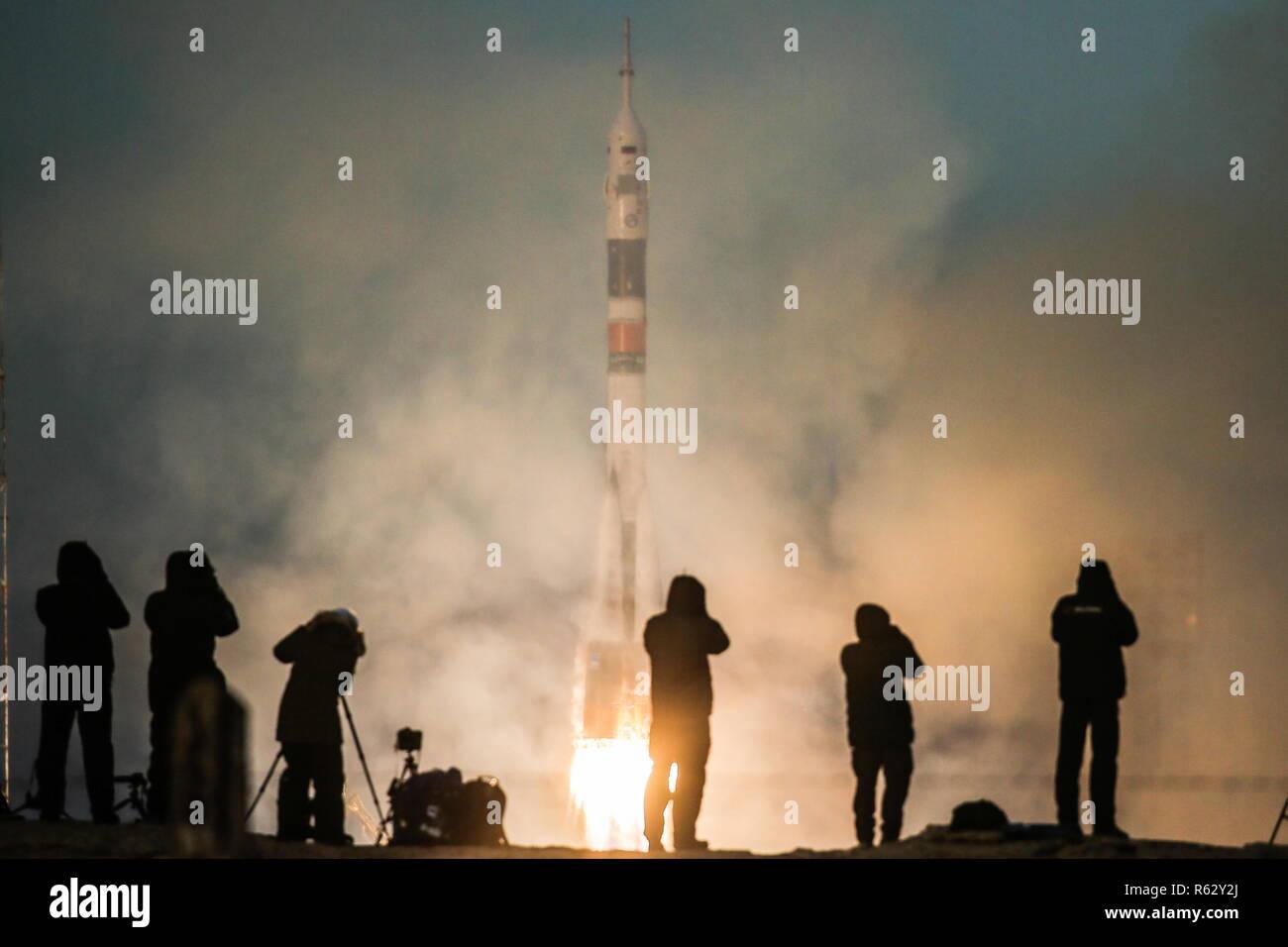 El cosmódromo de Baikonur, Kazajstán. 03Rd Dec, 2018. Kazajstán - Diciembre 3, 2018: Los fotógrafos toman fotos de un Soyuz-FG cohete propulsor de llevar la nave Soyuz MS-11 con el cosmonauta Oleg Kononenko Roscosmos, Anne McClain, astronauta de la NASA y la Agencia Espacial Canadiense (CSA) el astronauta David Saint-Jacques a bordo de levante a la Estación Espacial Internacional (ISS) desde el cosmódromo de Baikonur. Sergei Savostyanov/TASS Crédito: Agencia de Noticias ITAR-TASS/Alamy Live News Imagen De Stock