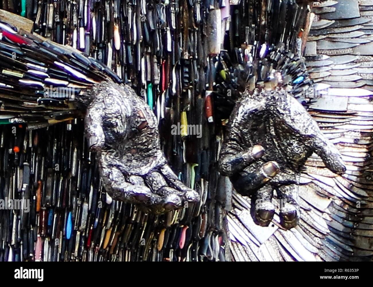 Liverpool, Reino Unido el 3 de diciembre de 2018 Ángel de cuchilla en exposición en la catedral de Liverpool. La escultura está hecha de 100.000 cuchillos entregadas a las autoridades Ian Fairbrother crédito/Alamy Live News Imagen De Stock