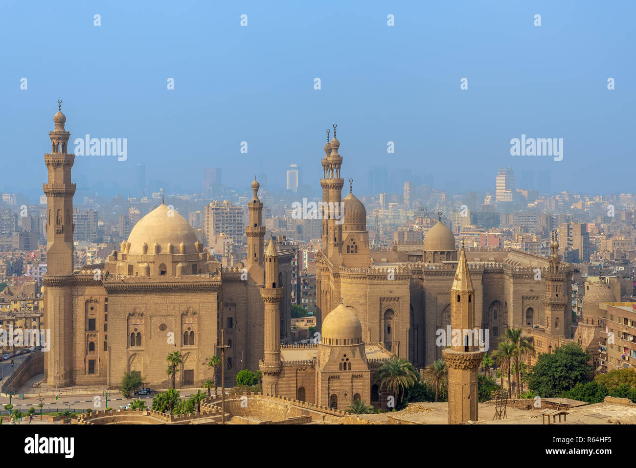 Vista aérea de la ciudad de El Cairo de Salah al Deen Citadel (Ciudadela de Cairo) con Al Sultan Hassan y Al Rifai mezquitas en El Cairo, Egipto Foto de stock
