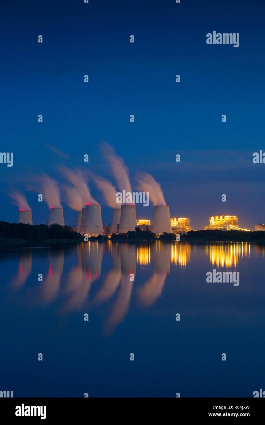 / Jaenschwalde Jänschwalde central eléctrica de lignito en la noche, la tercera planta de energía de carbón en Alemania en Brandeburgo, Spree-Neiße Foto de stock