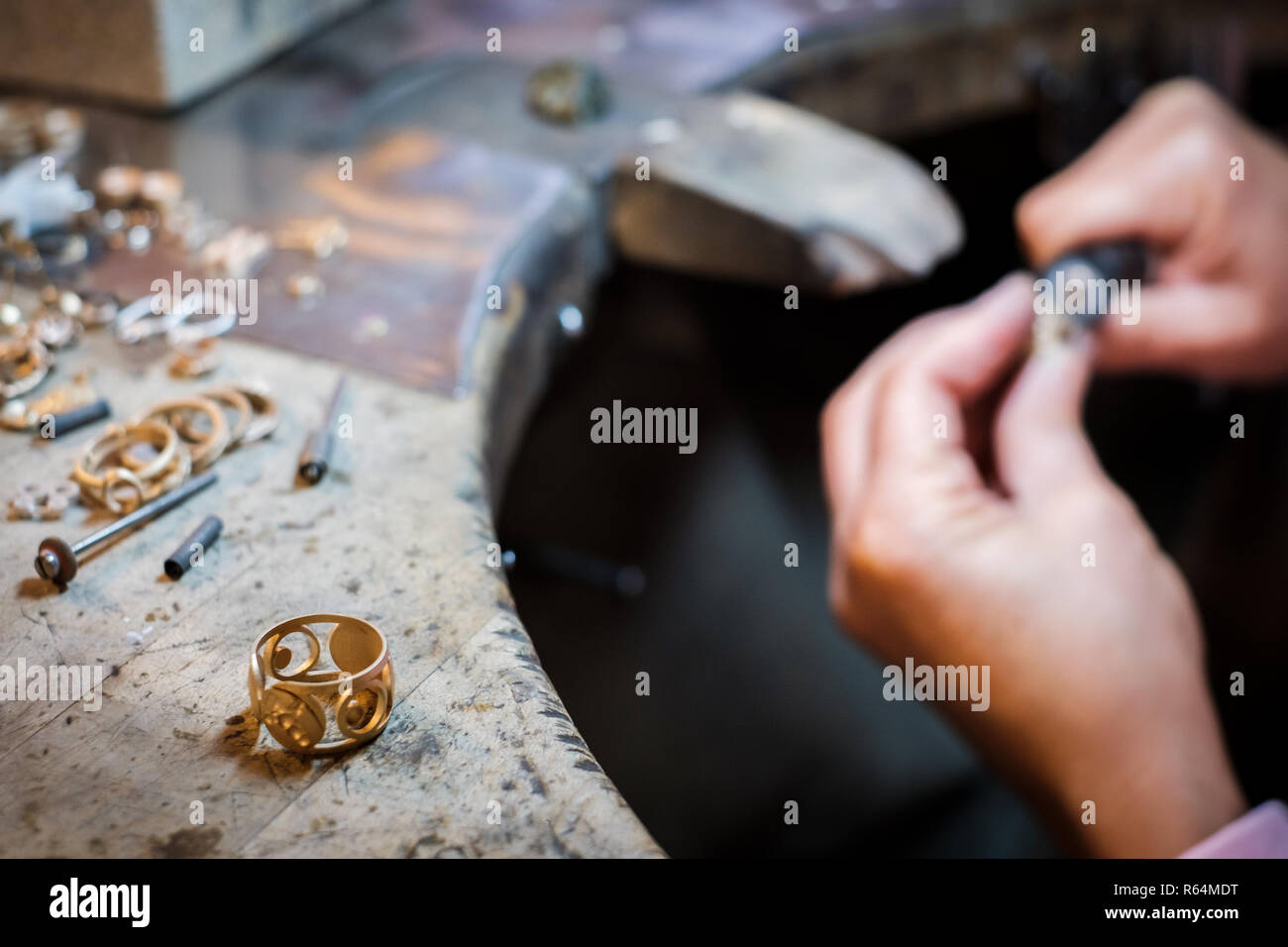 1566b6851a4f Jeweler Polishing Imágenes De Stock   Jeweler Polishing Fotos De ...