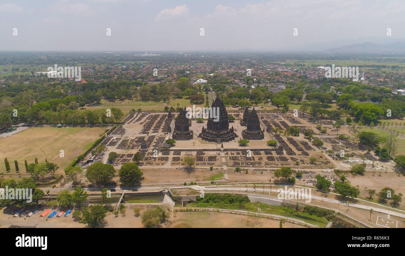 Vista aérea del templo hindú de Prambanan Candi en Indonesia de Yogyakarta, en Java. Rara Jonggrang complejo de templos hindúes. Edificio religioso tall y señaló la arquitectura monumental arquitectura antigua, paredes de piedra talladas. Foto de stock