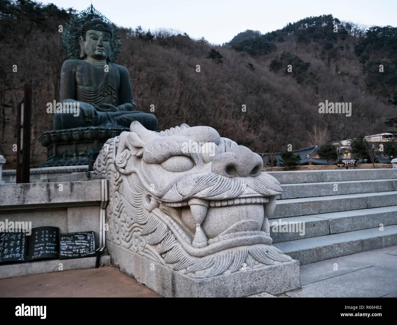 Escultura en Tigre en templo Sinheungsa. El Parque Nacional de Seoraksan. Corea del Sur Imagen De Stock