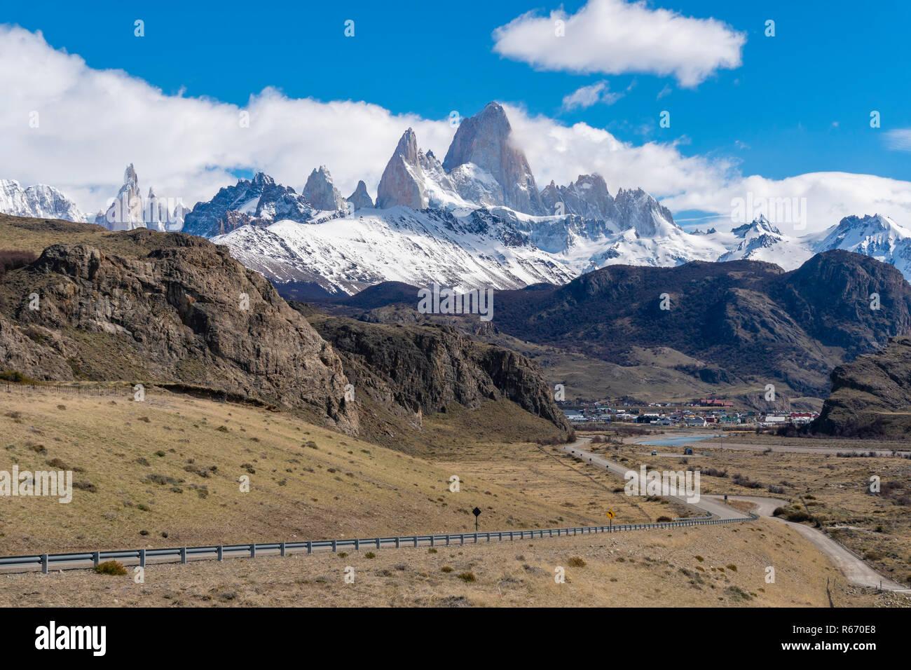 Monte Fitz Roy y el pueblo El Chalten en Argentina Foto de stock
