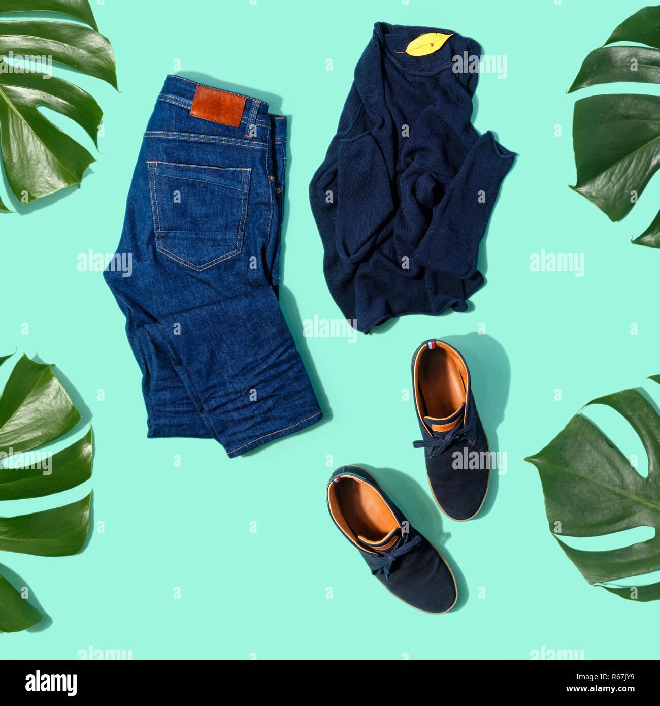 58926698b Plano conjunto laicos otoño ropa masculina jeans, suéter y zapatos sobre  fondo turquesa vista superior
