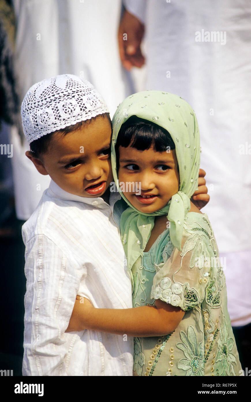 Chico y chica abrazando a Ramzan Id ocasión, la India No, señor Imagen De Stock