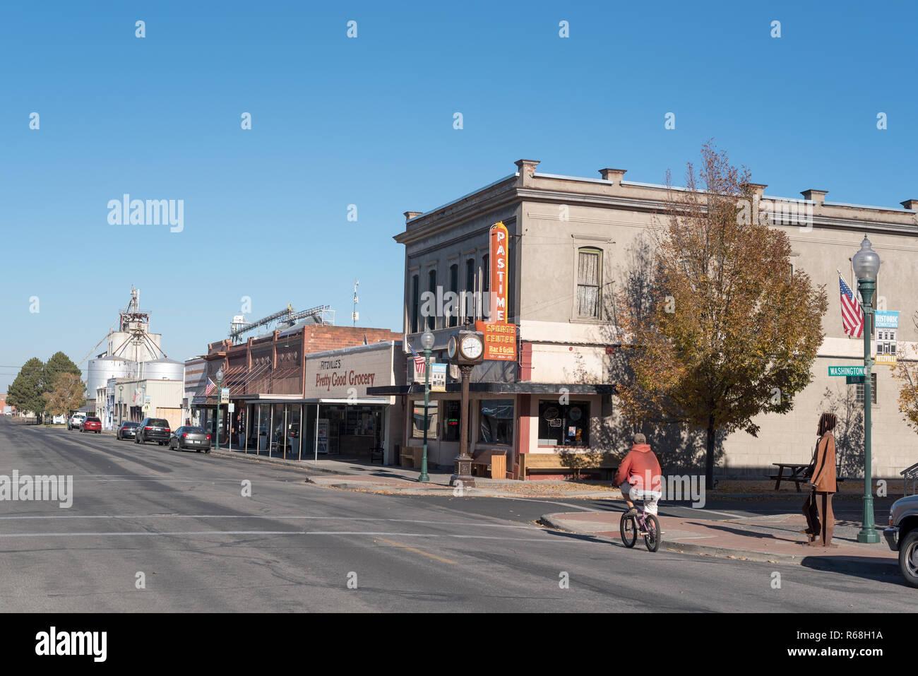 Montar en bicicleta en el centro Ritzville, Washington. Foto de stock