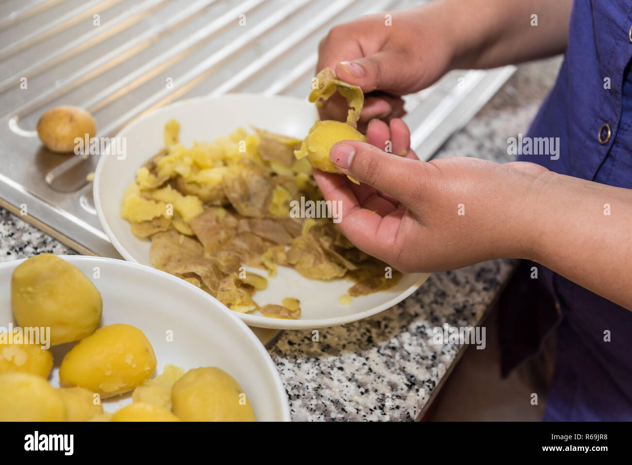 Patata Porner jacket potato woman fotos e imágenes de stock - alamy