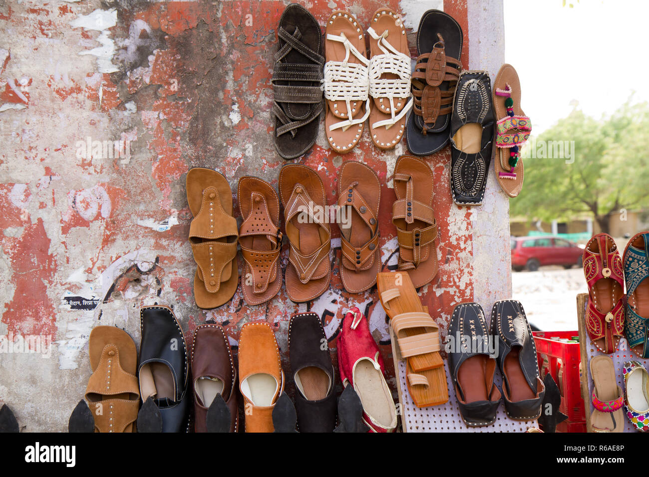 Indian Shoe Stall Imágenes De Stock   Indian Shoe Stall Fotos De ... 9a44968f2ee