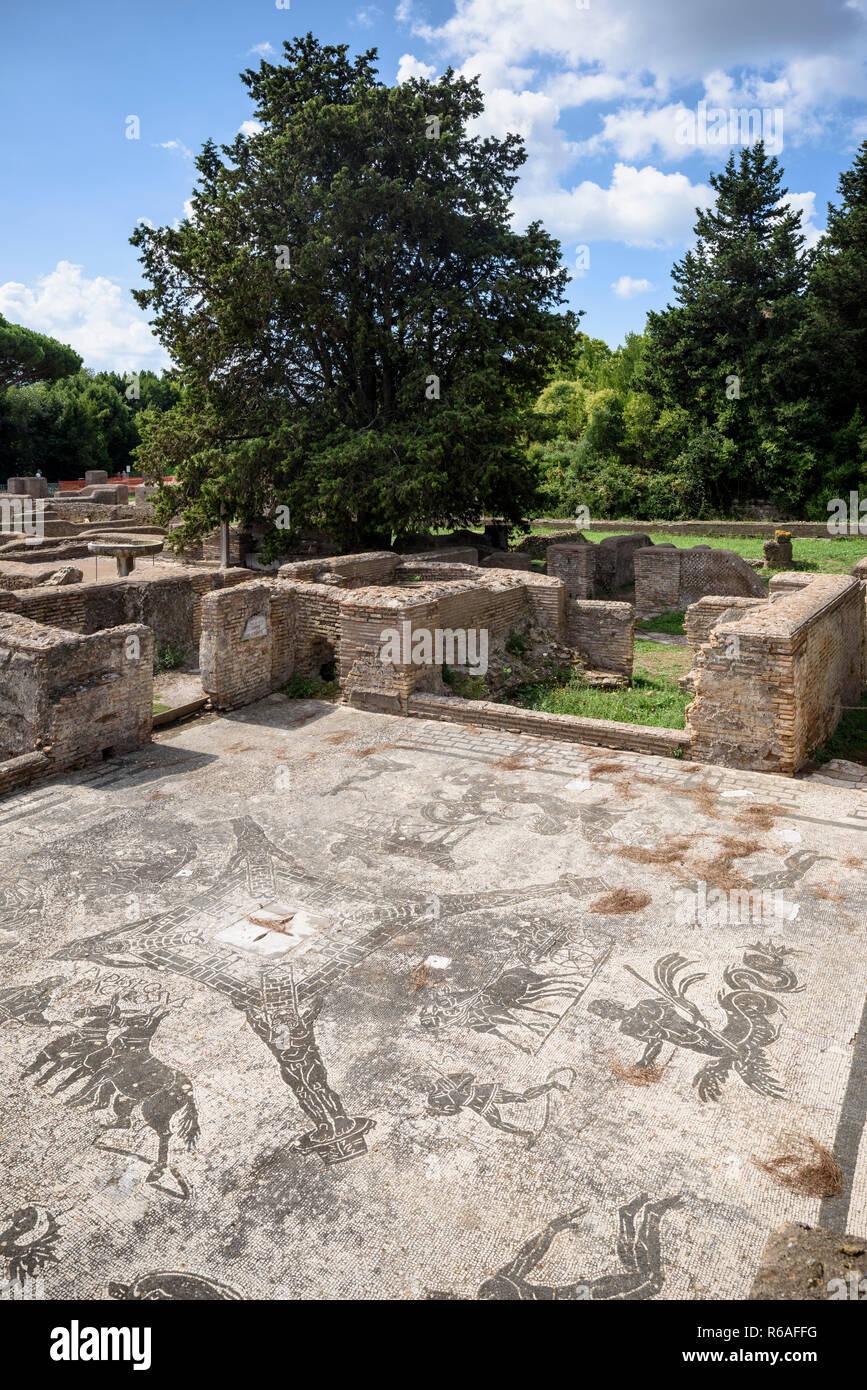 Roma. Italia. Ostia Antica. Terme dei Cisiarii (Baños del Coachmen), frigidarium C, construido durante el reinado de Adriano (117-138 DC) y modificado en t Imagen De Stock