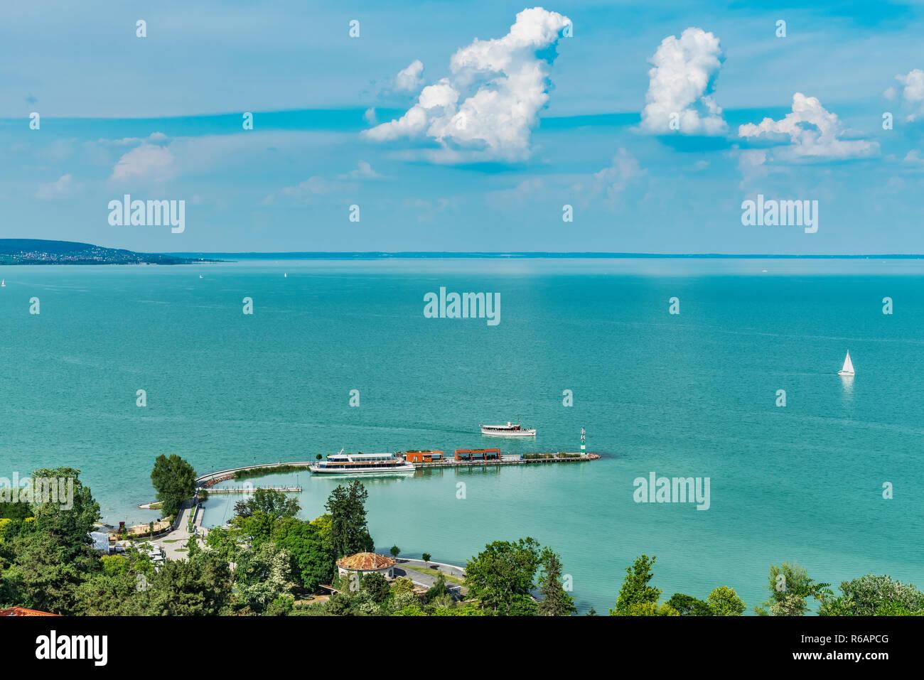 Vista de Tihany sobre el lago Balaton y el puerto, Tihany Veszprem, condado, Transdanubia Central, Hungría, Europa Foto de stock