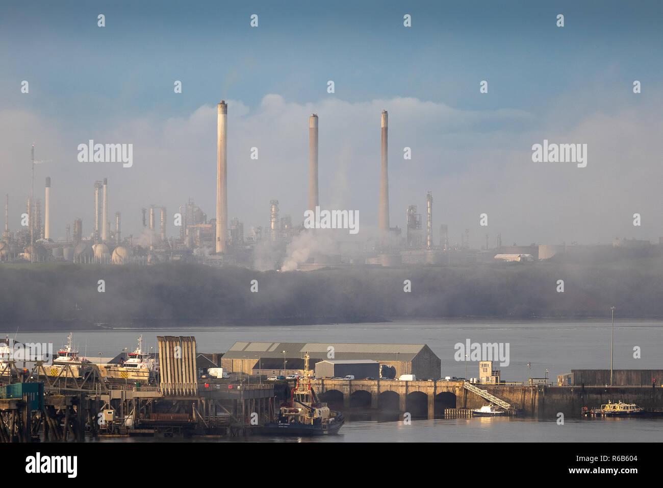 Refinería de Petróleo Valero retratada en la niebla de la mañana temprana Pembroke Dock Gales Foto de stock