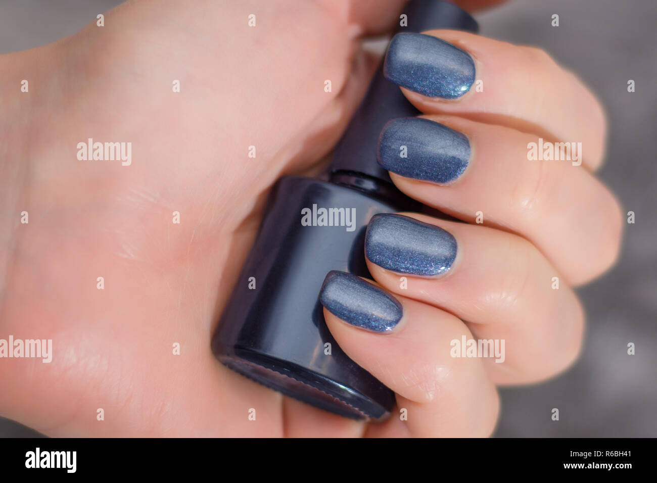 Lado Femenino Con Azul Marino Manicura Con Dedos Sosteniendo