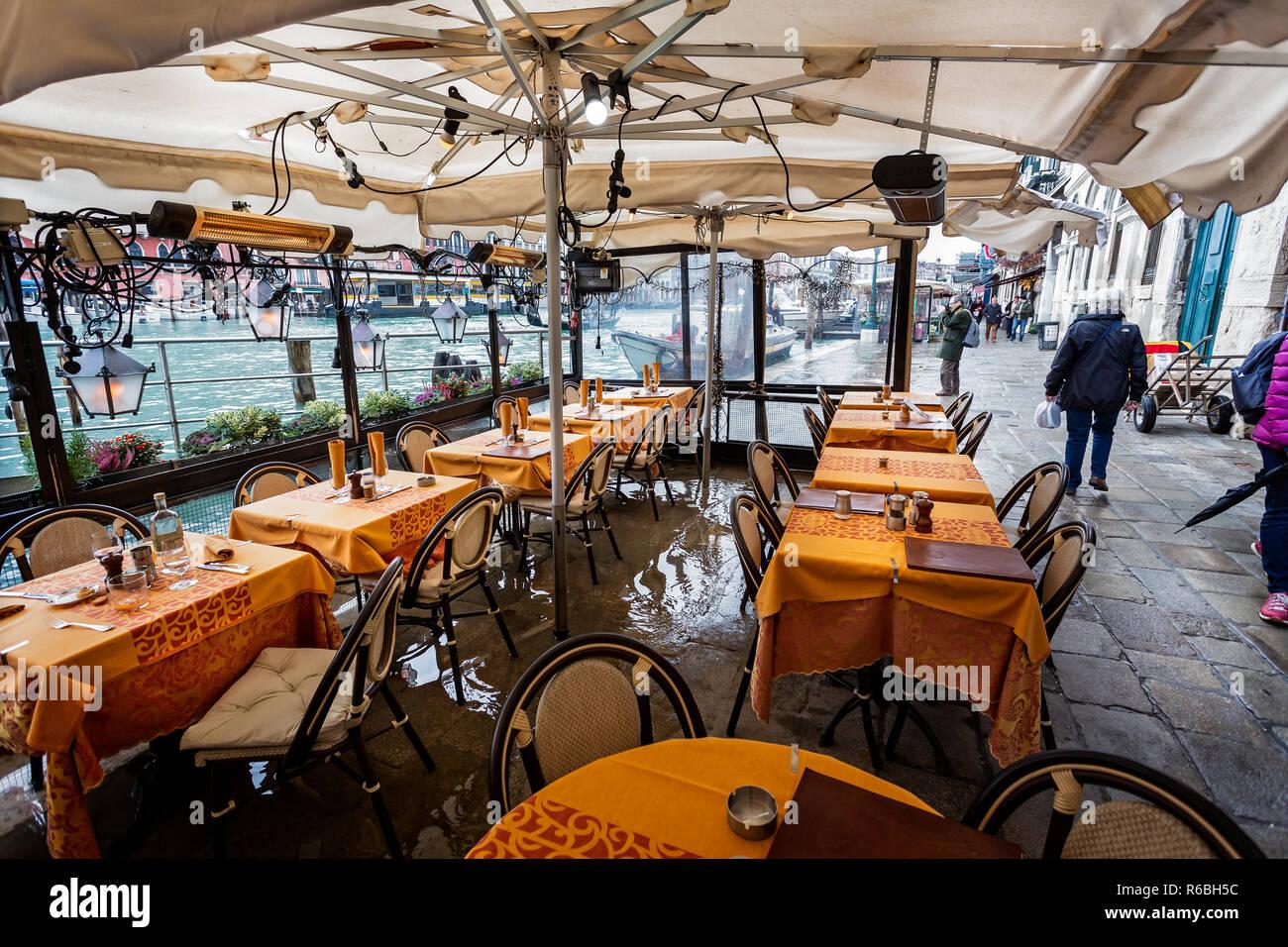 e4cc371ce8e4 Restaurante inundado mesa y sillas en la vía del canal sobre el Gran Canal,  Venecia