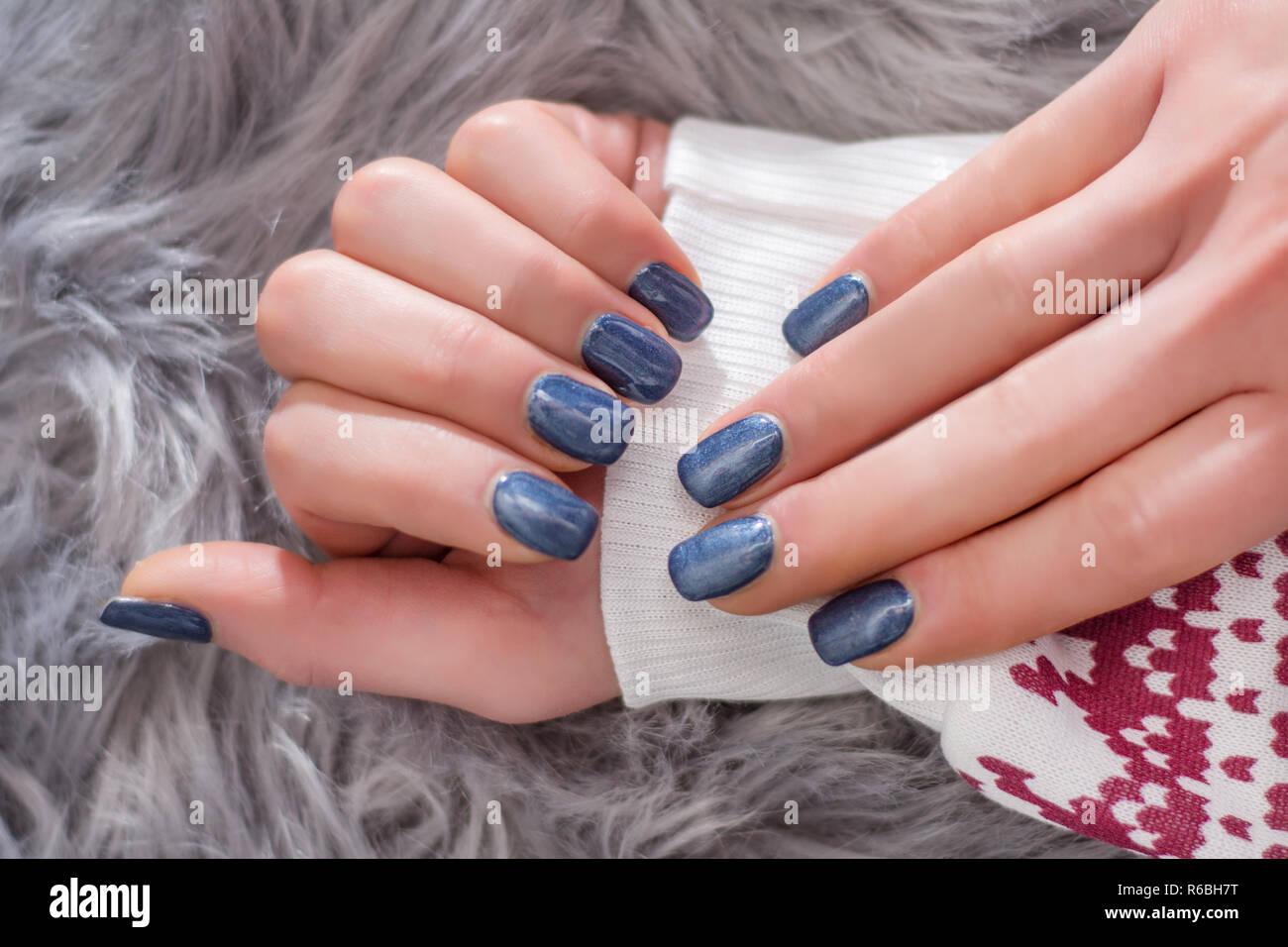 Chica Manos Con Esmalte De Uñas De Color Azul Marino En