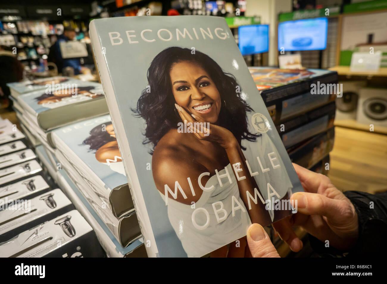 Copias de ex primicias Dama Michelle Obama convertirse en 'libro' en una tienda Amazon en Nueva York el sábado, 1 de diciembre de 2018. Libro de Obama ha vendido más de 2 millones de copias en todos los formatos durante su forst 15 días es el libro más vendido de 2018. (© Richard B. Levine) Foto de stock
