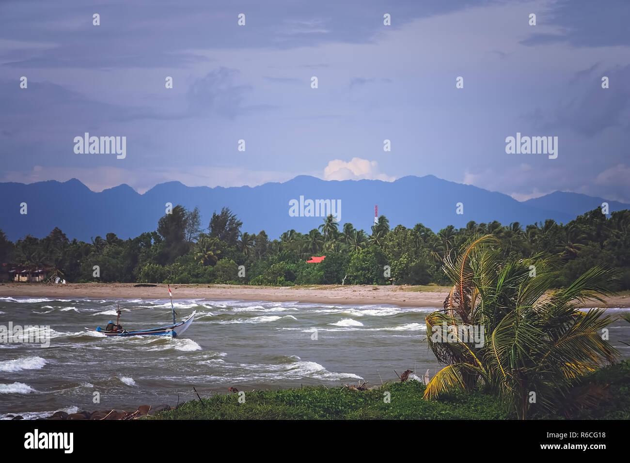 El mar embravecido en la costa de Sumatra Foto de stock