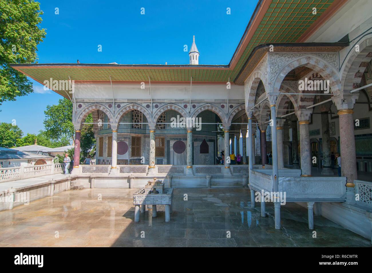 Terraza Superior Con Una Fuente El Kiosco De Ereván Y