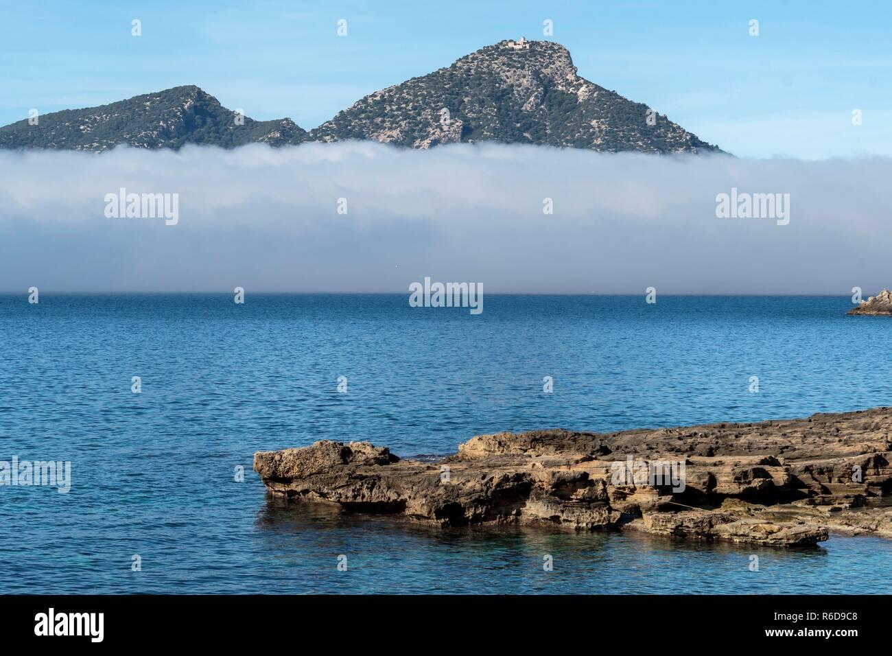 Mallorca, España. El 5 de diciembre, 2018. Los bancos de niebla cubre la isla de Mallorca en las Islas Baleares, España, 05 de diciembre de 2018. EFE/ Cati Cladera Crédito: Agencia de Noticias EFE/Alamy Live News Imagen De Stock