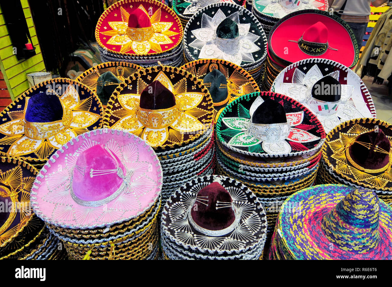 Una pila de sombreros en diferentes tamaños para su venta en una tienda de  la Ciudad de México 3532f3be9a5