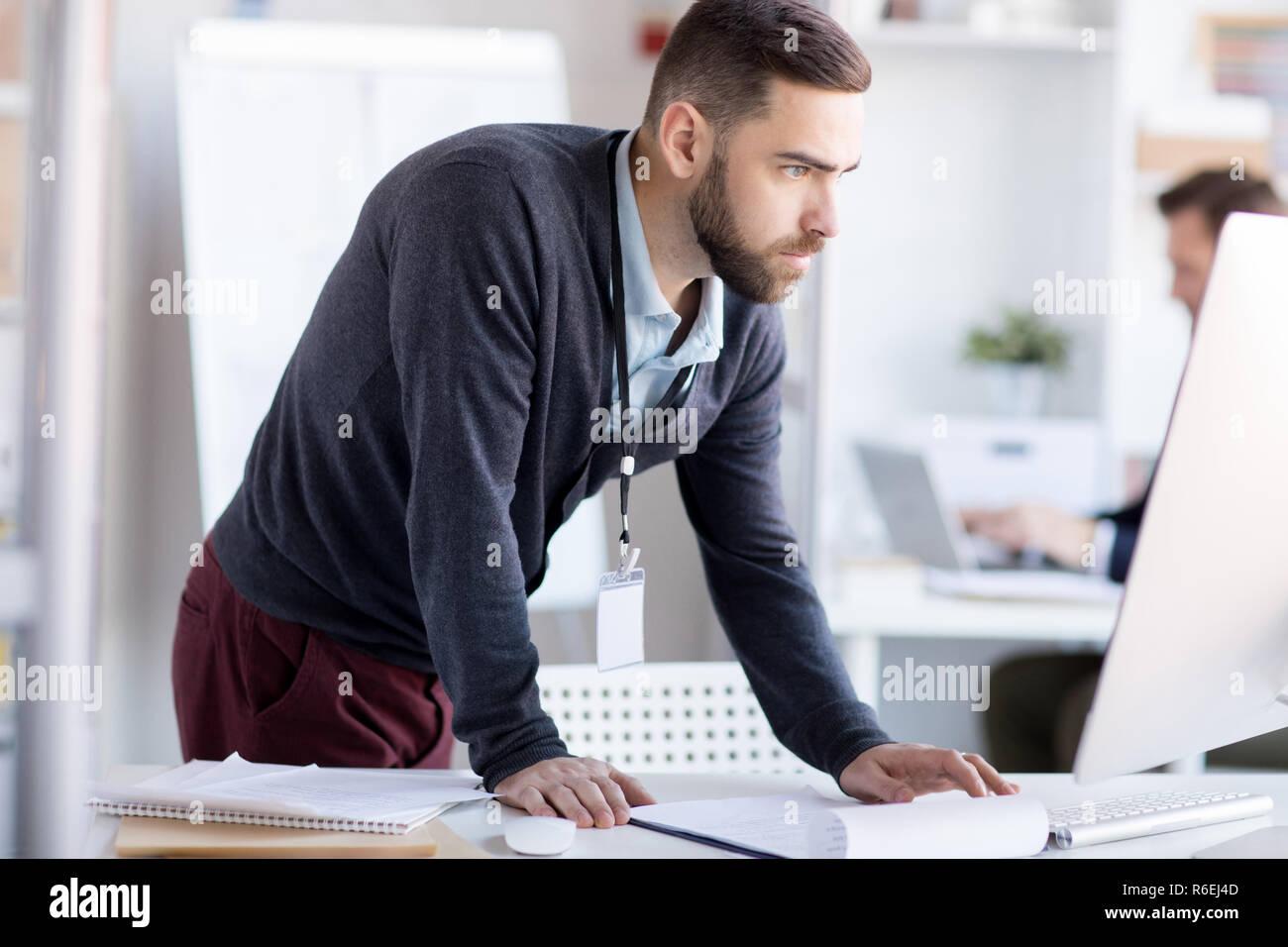 Empresario nervioso utilizando el ordenador Imagen De Stock
