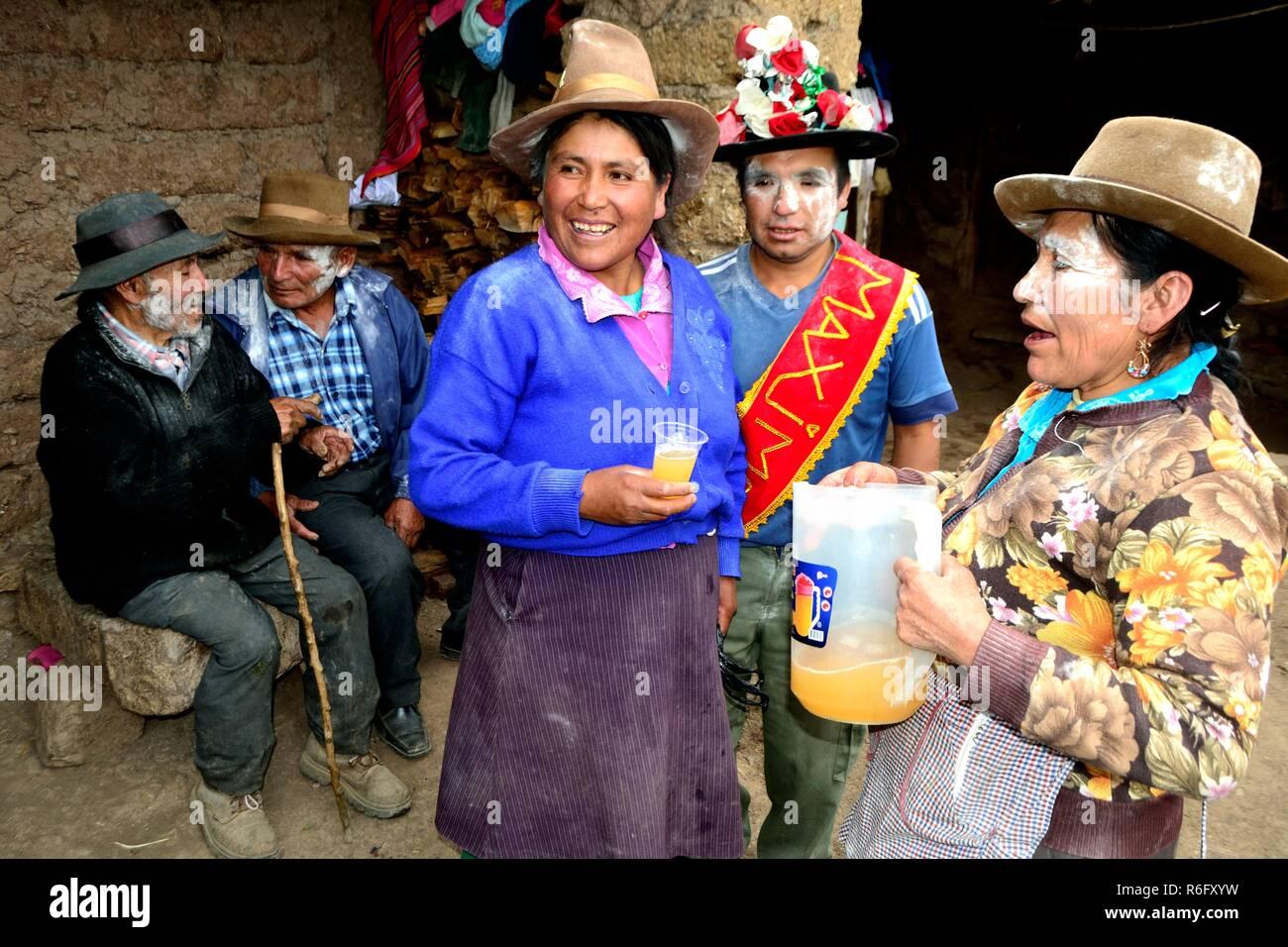Bebiendo chicha- Cintas- Unsha- Carnaval de Chavin de Huantar. Departamento  de Ancash 5524539e5fd