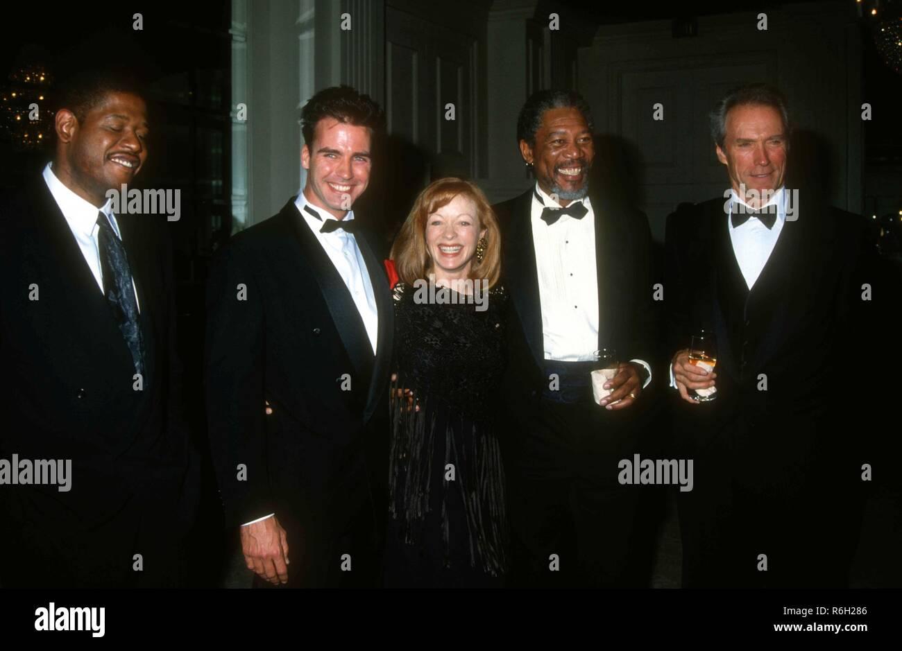 ¿Cuánto mide Clint Eastwood? - Altura - Real height - Página 2 Beverly-hills-ca-26-de-marzo-el-actor-forest-whitaker-el-actor-jeff-fahey-la-actriz-frances-fisher-el-actor-morgan-freeman-y-el-actordirector-clint-eastwood-asistir-a-ace-eddie-awards-en-marzo-26-1993-en-el-beverly-hilton-hotel-de-beverly-hills-california-foto-por-barry-kingalamy-stock-photo-r6h286