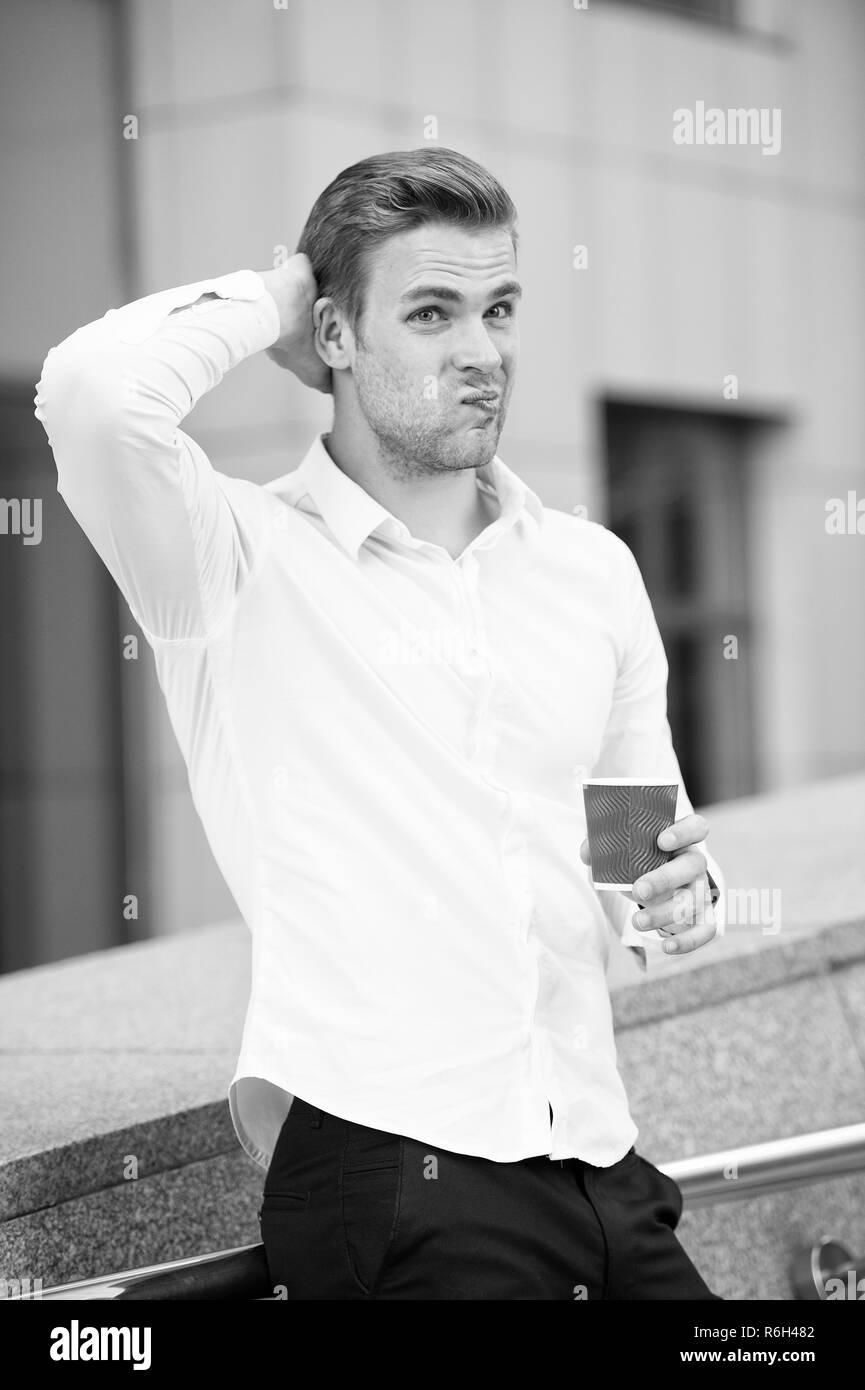 Tome un descanso si tiene dudas. El hombre pensativo rostro bebiendo café al aire libre. Pasos para lidiar con la auto duda y confiar en su auto nuevo. Hombre lleno de dudas relajante piscina disfrute del aire fresco. Imagen De Stock