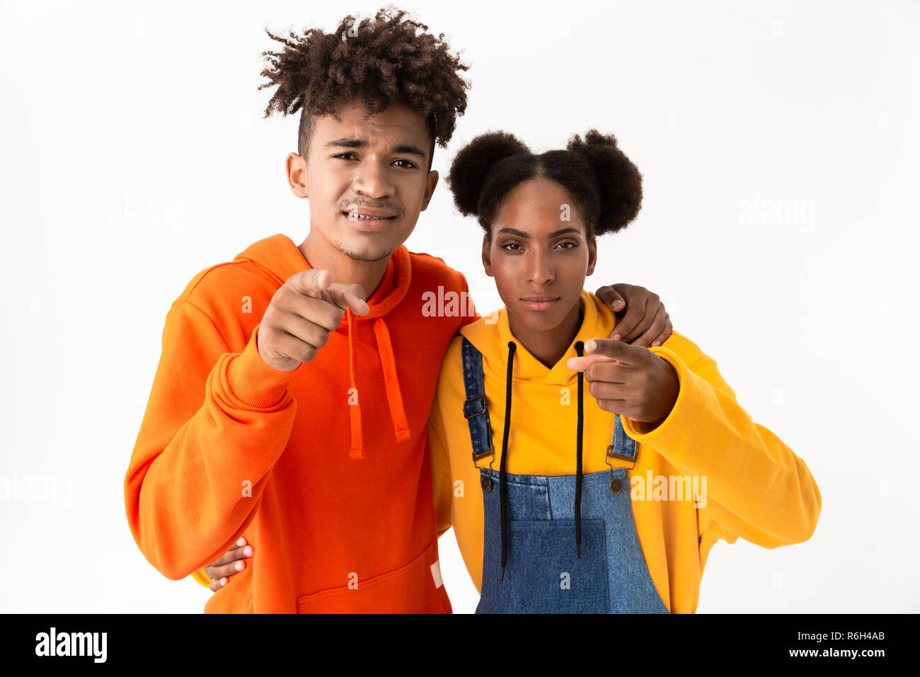 8125782af1 Imagen de hombre y mujer afroamericana en la colorida ropa dedo señalador  en usted aislado sobre