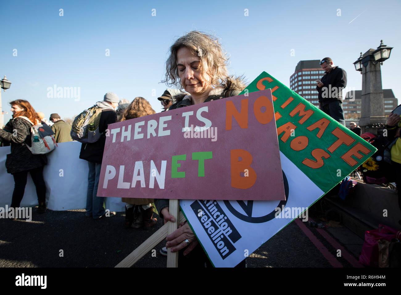 Extinción rebelión clima manifestantes se reunieron en Londres para intentar bloquear los principales cinco puentes que cruzan el río Támesis clima exigente acción, UK Foto de stock