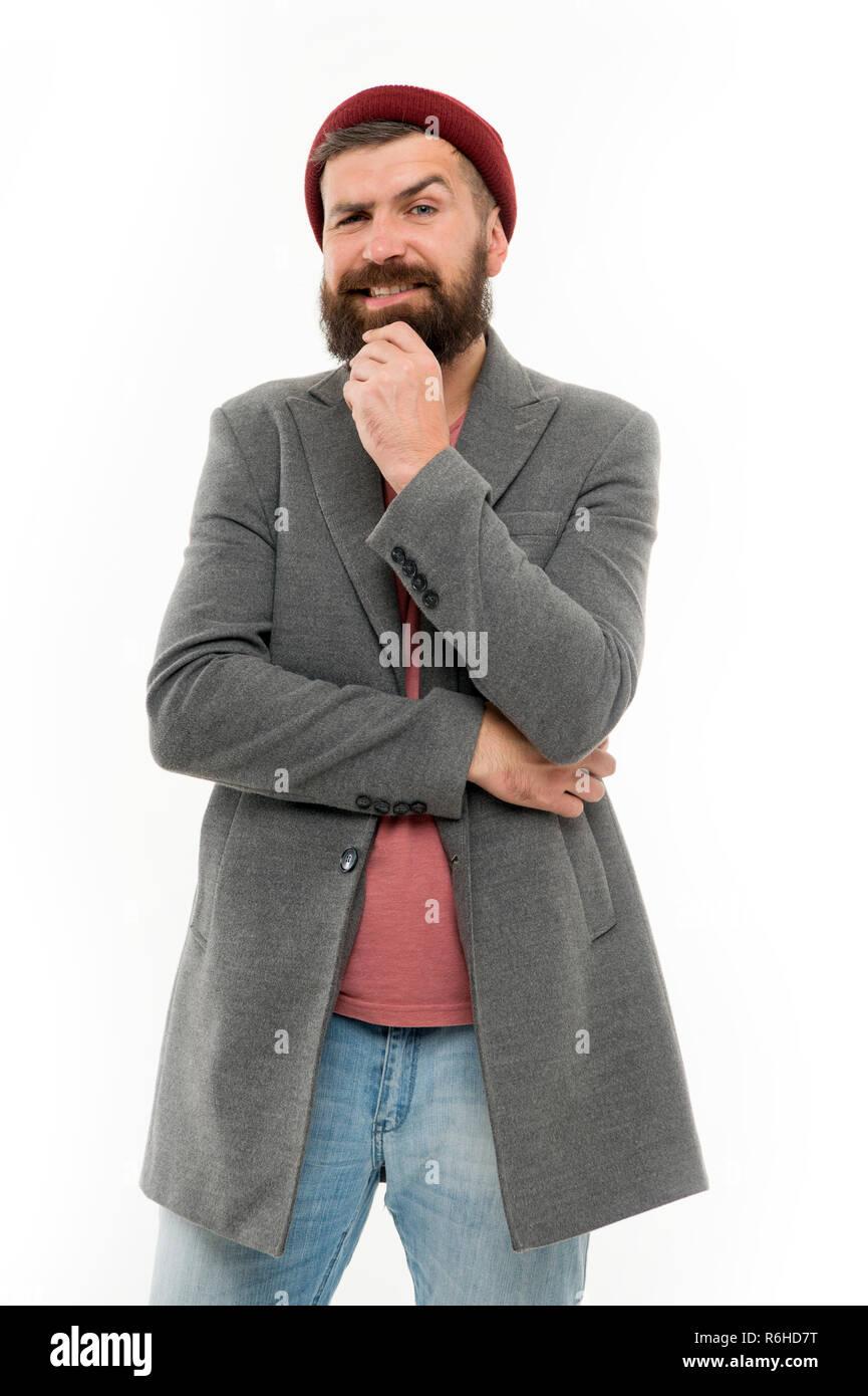 Ropa y concepto de moda masculina. El hombre barbado hipster moda elegante  abrigo y sombrero. Traje elegante sombrero luminoso accesorio. Ropa de moda. d5cec2b50f9