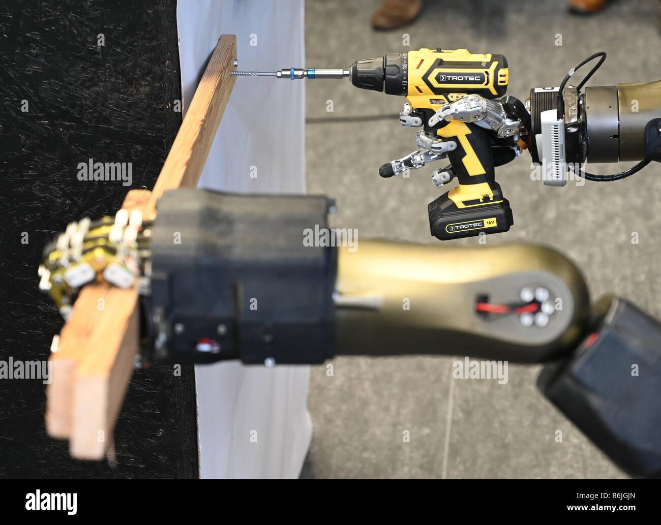 e83db6d23e El robot  Centauro  tornillos un listón de madera a una pared durante una  manifestación en la universidad. Crédito  Henning Kaiser dpa Alamy Live News