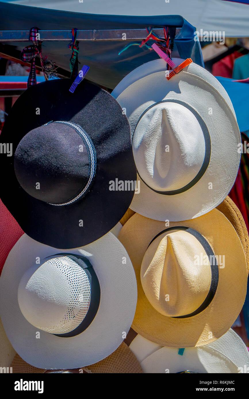 Vista exterior del puesto en el mercado con sombreros de Panamá en la calle  del mercado bc023f21a1d