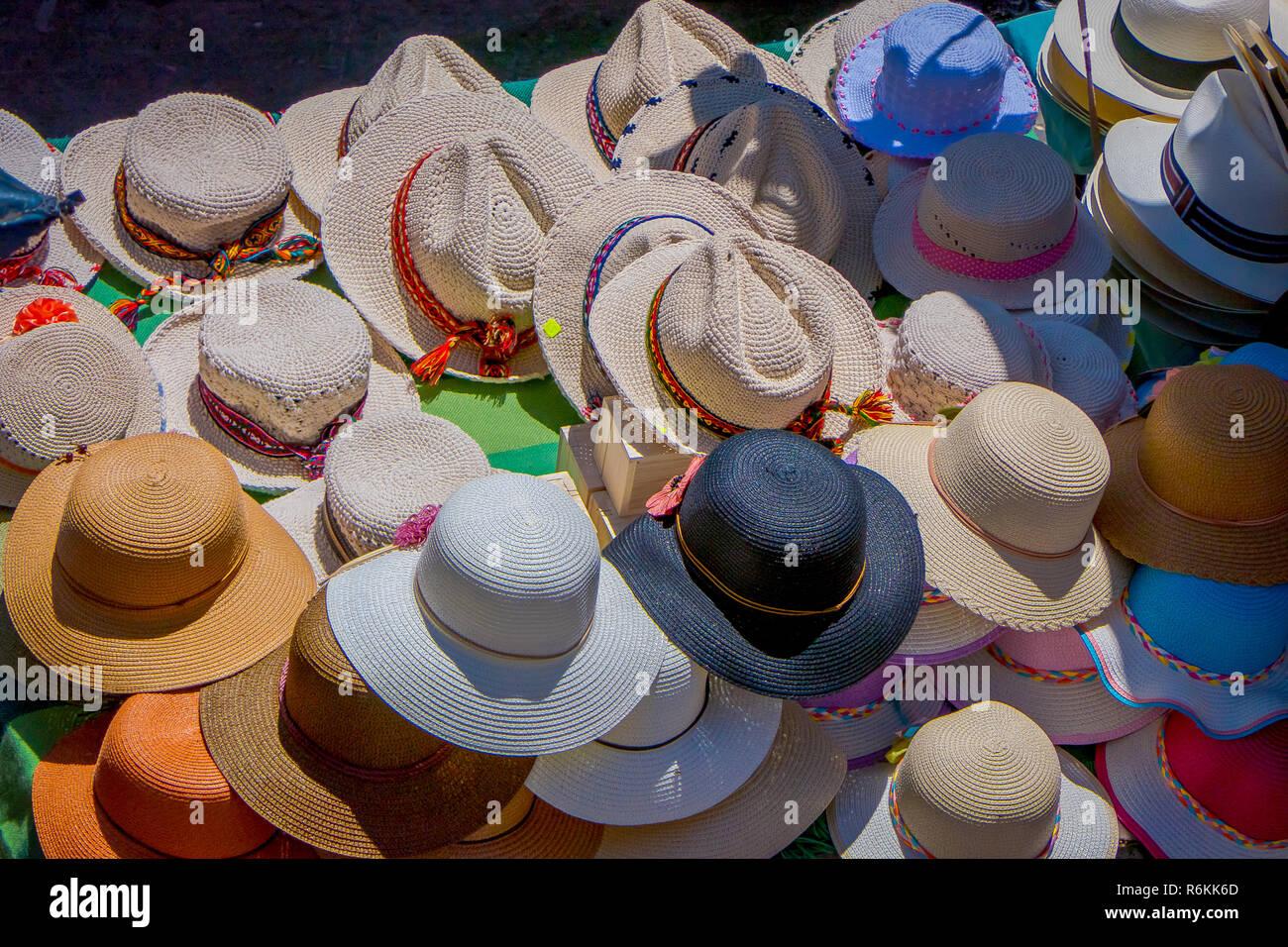 Vista anterior de un magnífico surtido de handmade sombrero Panamá de un  mercado callejero en Otavalo e9fa0e62692