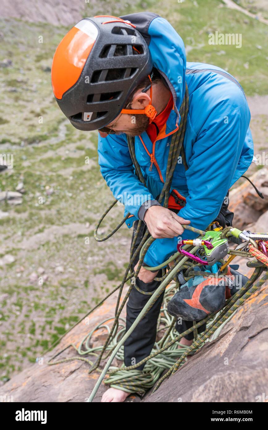 Expresiones de cara mientras un escalador escalar una gran pared dentro de la Cordillera de Los Andes, una aventura increíble. Sonrisas en sus caras mientras va a la cumbre de la montaña Foto de stock