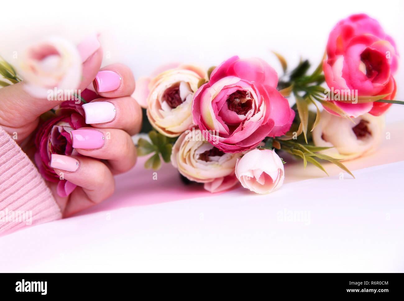 Manicura Diseno De Unas Decoradas Con Flores Manos De Mujer Con