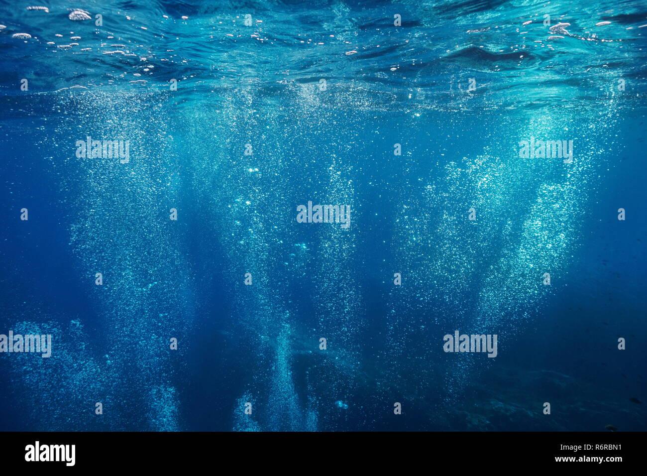 Las burbujas de aire bajo el agua sube a la superficie de agua, escenario natural, el mar Mediterráneo, Francia Imagen De Stock