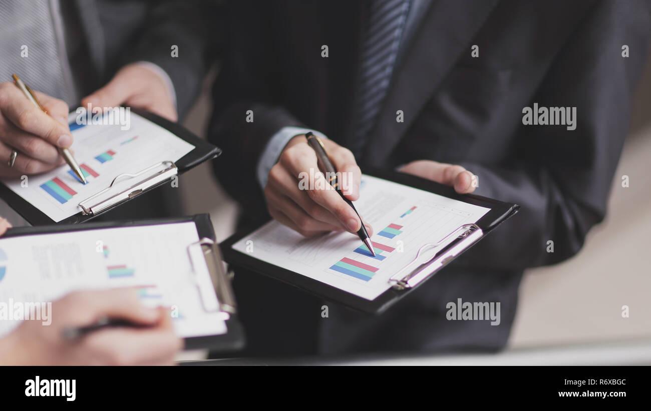 Close up.Equipo empresarial analiza los beneficios financieros de la com Foto de stock
