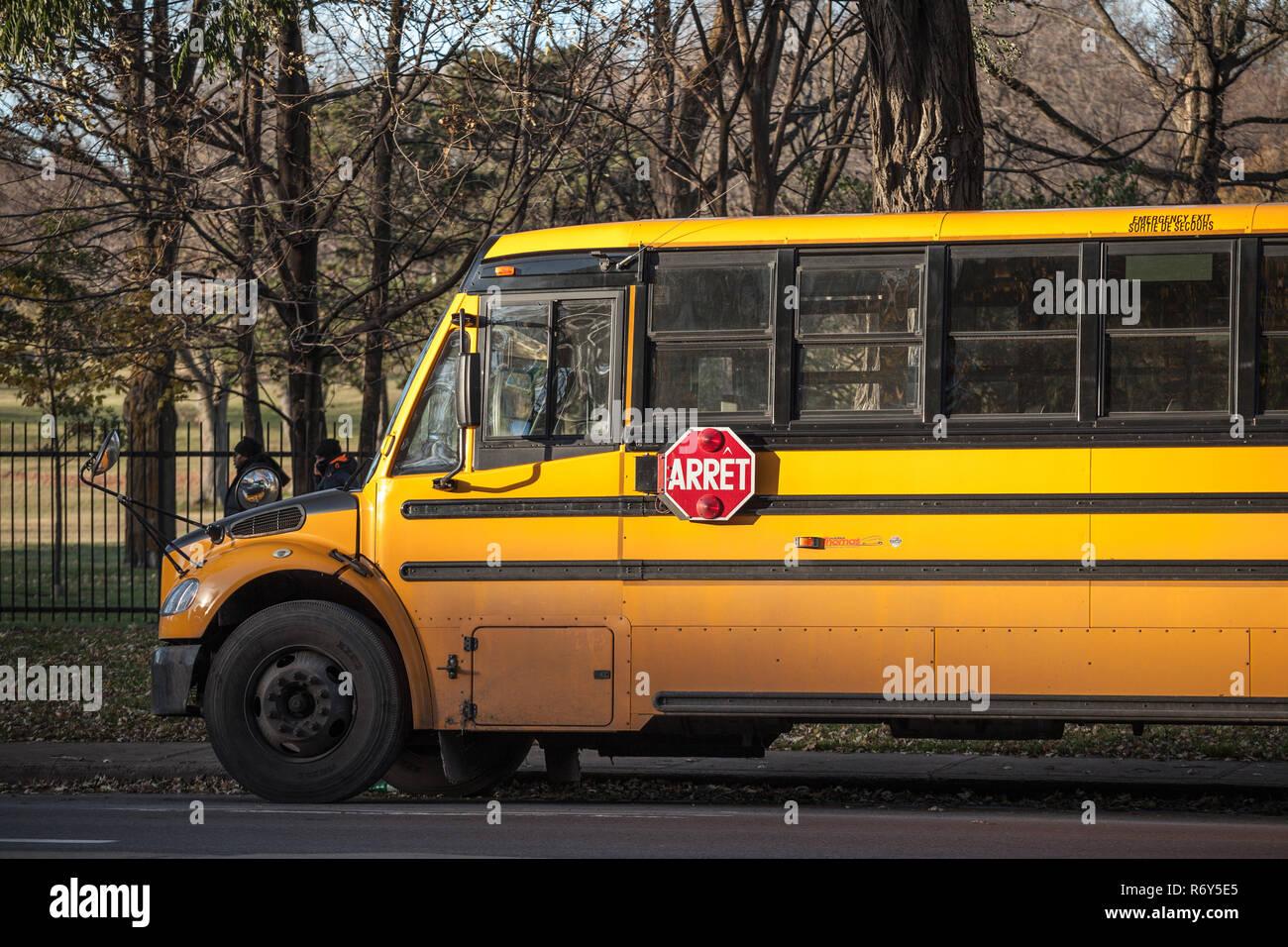 MONTREAL, Canadá - 4 de noviembre de 2018: North American autobús escolar amarillo aparcado, esperando a los estudiantes, con el texto traducido en francés, según F Foto de stock