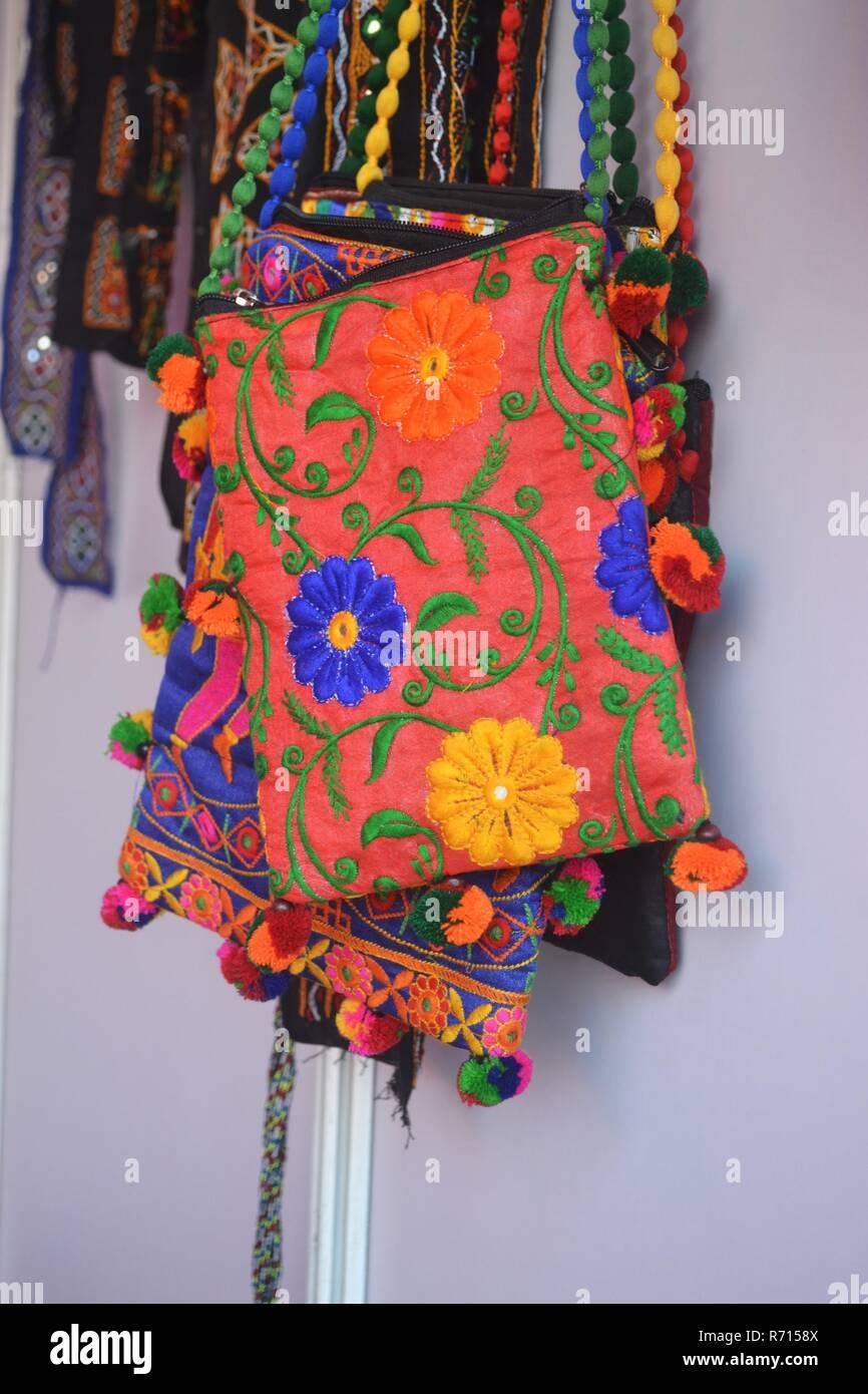 4d6b0de39 Handmade,étnica,bordado cabestrillo bolsas/embragues/Kutch/Gujarat-India  Imagen