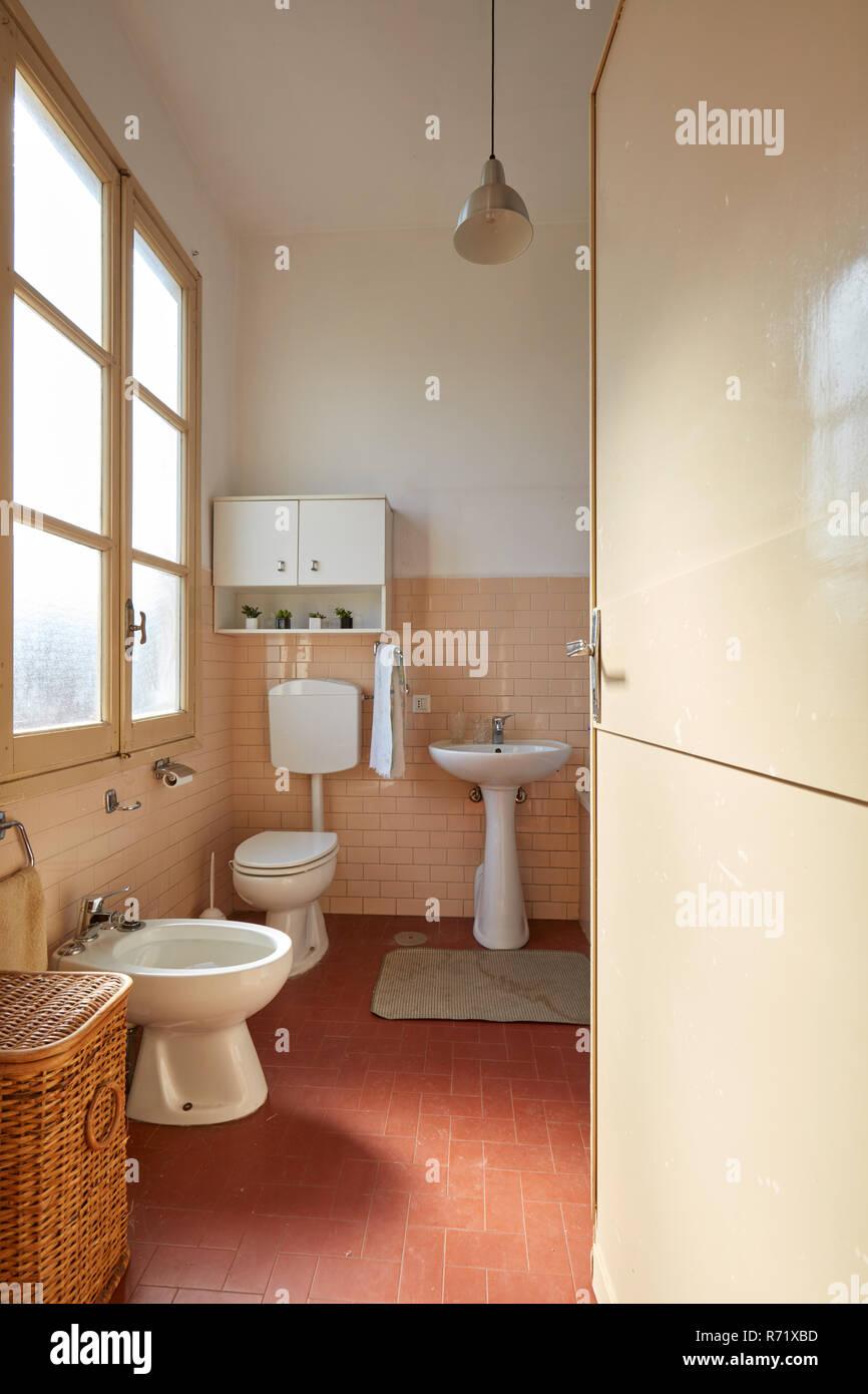 Cuarto de baño con azulejos de color rosa normal en el viejo ...