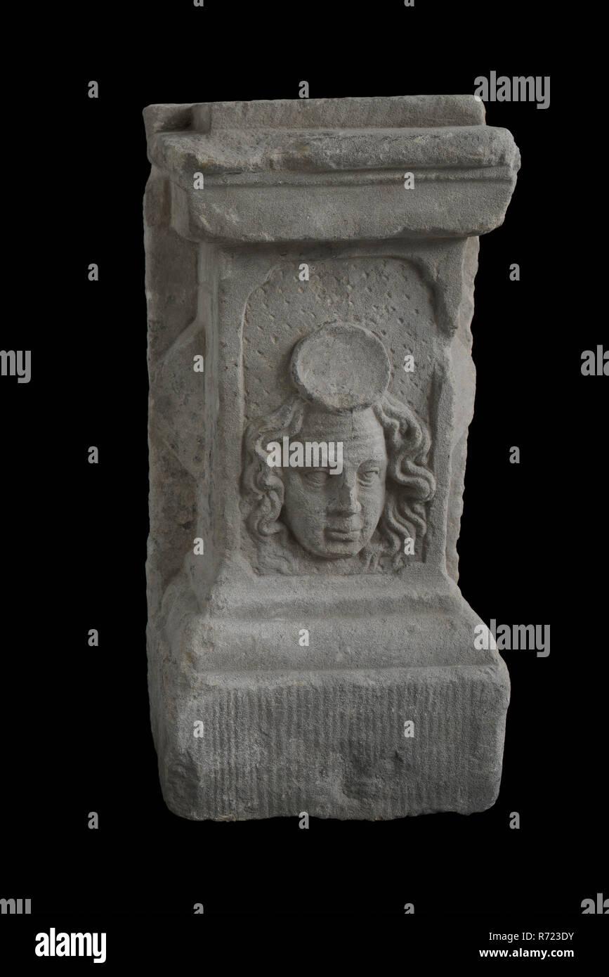 Sótano con cabeza, ornamento del sótano de piedra arenisca de componente del edificio rectangular esculpido, sótano con cara frontal con mechones de pelo que fluye. La frente es llamativamente arrugado y encima es hueca de forma oval. Foto de stock