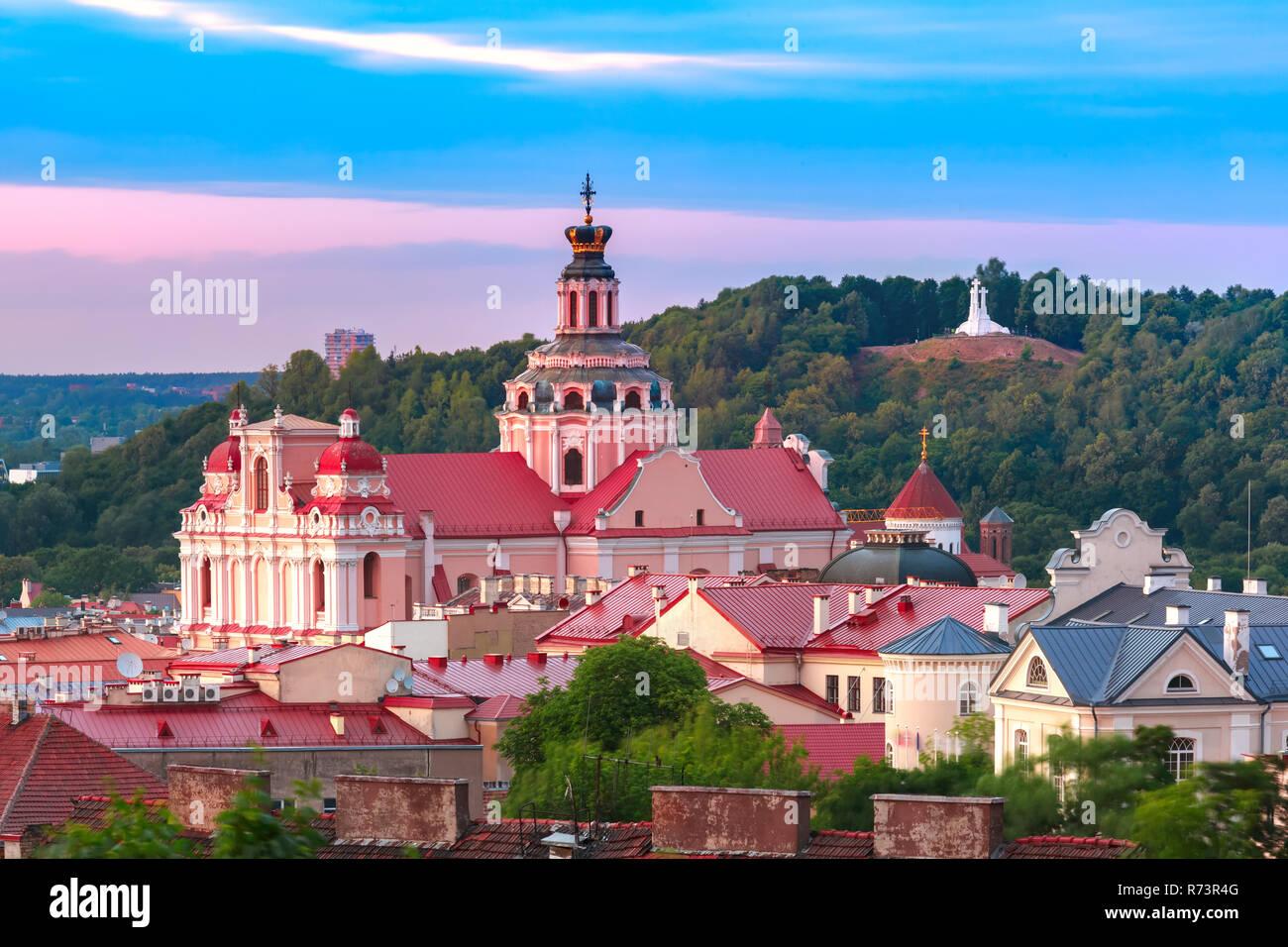 Al atardecer, la ciudad antigua de Vilnius, Lituania Foto de stock