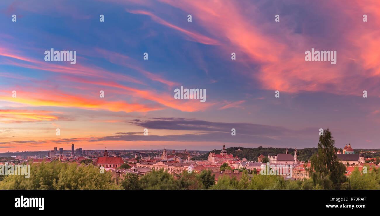Panorama de la ciudad vieja de Vilnius, Lituania Foto de stock