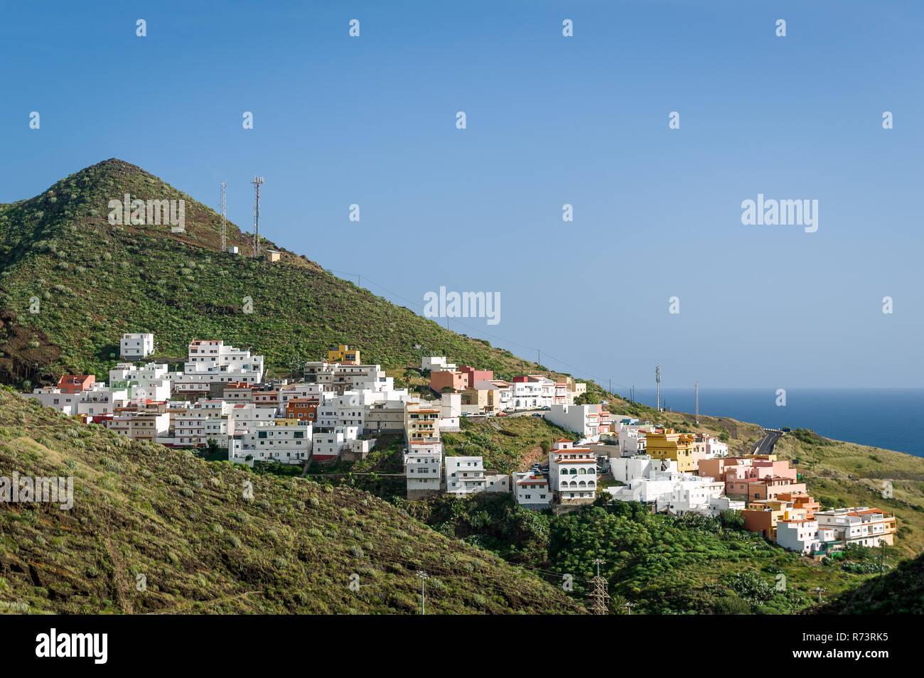 Nueva aldea en la ladera de la montaña de la isla de Tenerife Imagen De Stock