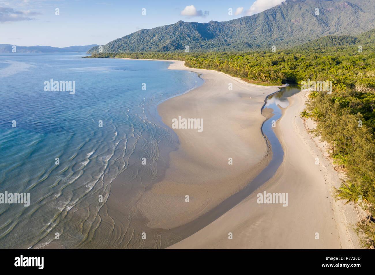 Vista aérea de Noé playa en la zona de Daintree Far North Queensland tropical. En esta hermosa parte de la costa, la selva tropical se encuentra con el mar. Foto de stock
