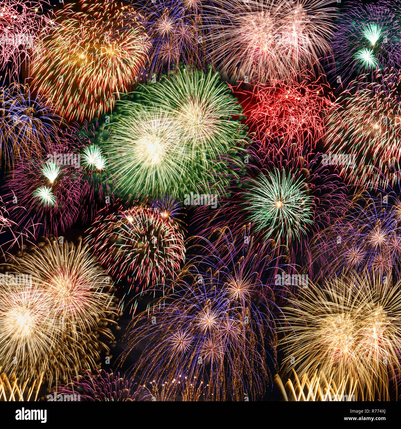De víspera de Año Nuevo con fuegos artificiales Fuegos artificiales en la plaza del año años Antecedentes Antecedentes Foto de stock